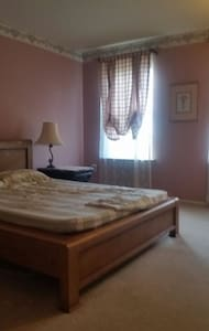 Fullsize bed with parking - North Wales - Hus