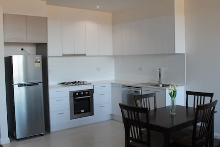 Cosy 2 bd apartment with parking is very close to Melbourne CBD & short stroll to Highpoint shopping centre,trams,buses and Maribyrnong river walking trail. This is ideal for people who like a quiet and lovely place but still want to be close to CBD.