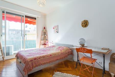 chambre avec un grand lit - Nizza - Appartamento