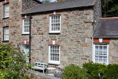 2 Bedroom stone cottage in St Agnes, Cornwall, England - Modern cosy interior, Quiet Central Location, Close To Popular Amenities And Only 5 Minutes Walk To Beautiful Beach