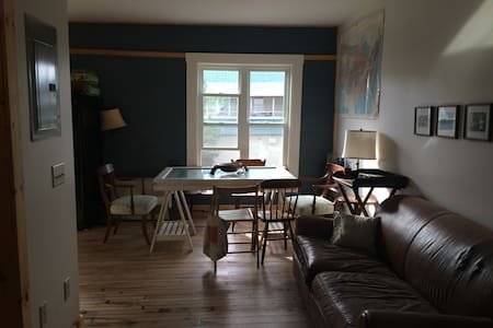 Cozy Apartment w/ Spacious Kitchen - Daire