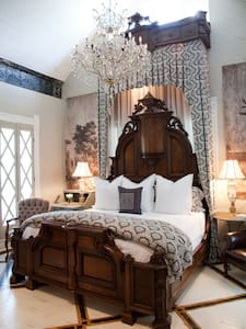 Luxe at the Sayles Landmark - Bed & Breakfast