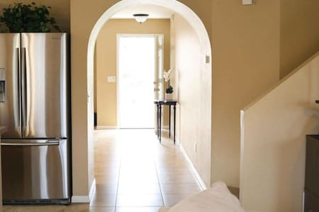 Nice pvt bedroom & pvt bathroom access.Close to Desert Ridge,Old town scottsdale & Mayo clinic. Neighborhood:  Safe, clean, quiet, well lit, at the end of cul-de-sac. 0.8 miles from the Kierland and Scottsdale Quarter.