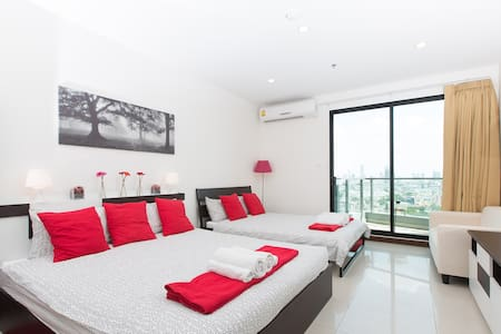 High-floor stunning view apartment for 4 guests. Located in a condominium in Sukhumvit. The apartment has a swimming pool, gym and garden. Equiped kitchen, 2 comfortable double beds, sofa, balcony