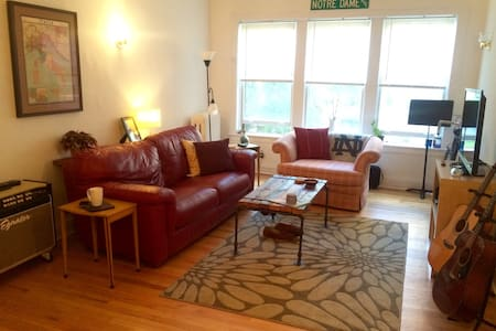 Cozy room in the heart of Lakeview