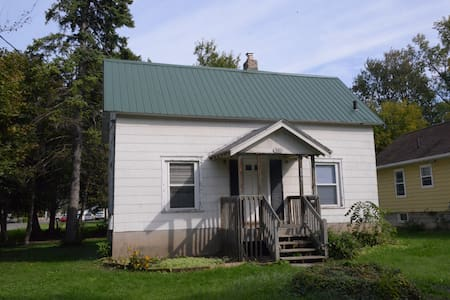 Comfortable and Close to MSU & LCC - Lansing - House
