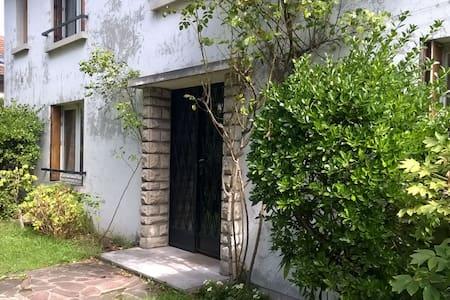 Maison spacieuse & source au jardin - House