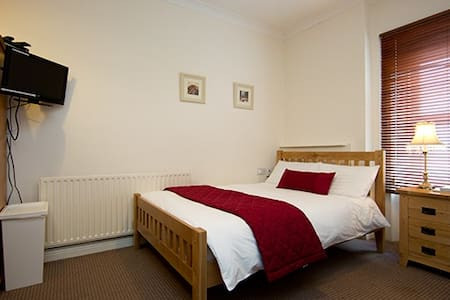 We call this the Molly Malone studio which is on the 3rd floor.  This studio has a fully equipped kitchen and has a pull down sofa bed for 1.  The bathroom has a power shower and fresh towels/bed linen are provided. Excellent public transport  & Wifi