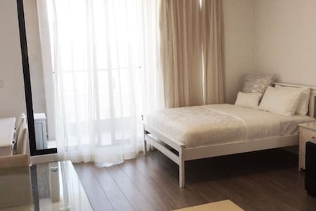1mins walk to darling harbour,2mins Walk to Chinatown,5-10mins walk to train,among some of the best eating places. Fantastic location, hotel grade apartment without the hotel price tag. Book now to enjoy .huge price drop before new year period ! Exceptional value . Best location best price .