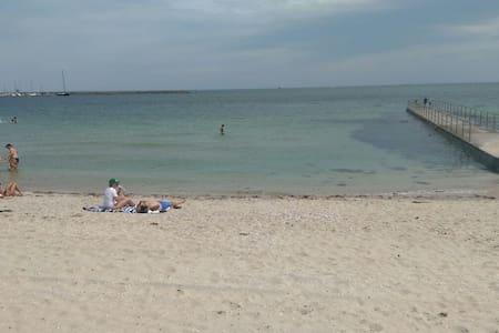 Beach/GP track! Walk to st Kilda!