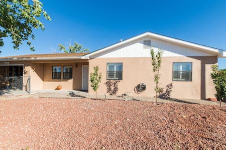 Charming & Minimal 2BDRM Home - Los Lunas - House