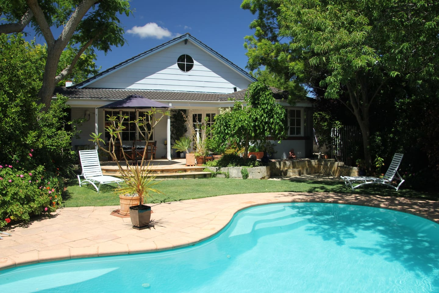 Perth - relaxing home and garden