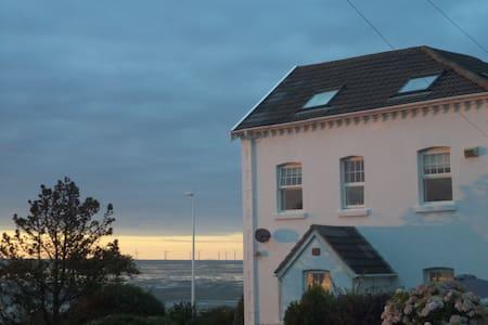 Lovely 4 bedroom house on the beach - Maison