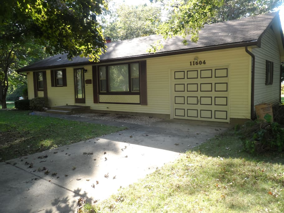 Cute 2 bedroom home with big yard houses for rent in for Big cute houses
