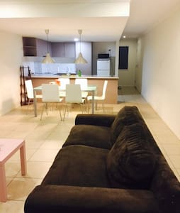 3 bedrooms +2.5 bath ( Entire Home) - Logan Central - Haus