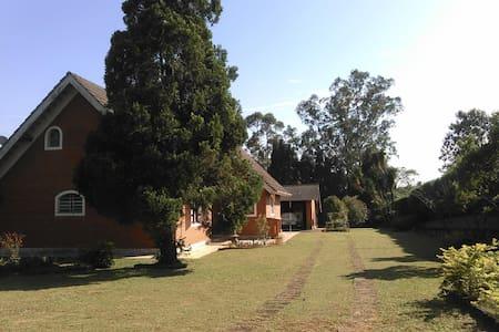 Ibiúna  サンパウロ郊外(広い庭、綺麗な空気と水) - House