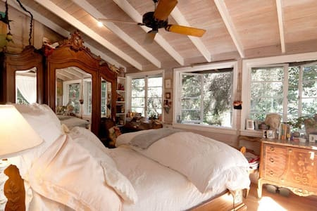 Romantic Europe in the Trees -Tree House Retreat - Topanga Canyon - House