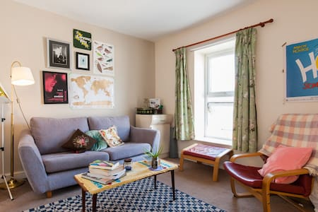 Penarth is close to Cardiff, with good transport links by bus, train and bike.  My flat is at the top end of town close to Cardiff Bay barrage and Penarth Marina and a 5 minute walk to the town centre, where there are pubs, bars, restaurants and shops.