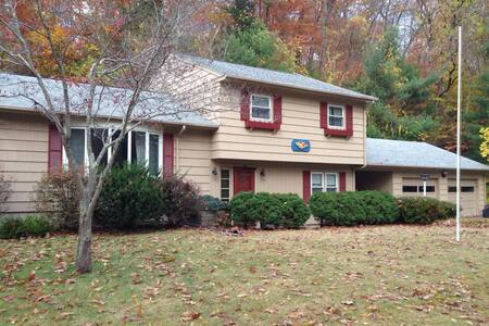 Simple Split level House just off the main road and close to the highway. Five minutes from Mohegan Sun and close to Foxwoods, Navy Sub-Base, EB, Pfizer and Mystic.