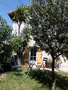 Studio indépendant avec jardin, - Nîmes