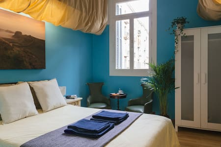 Ideally located in Barcelona's city center, the double room boasts natural lighting and a comfortable closet. Only 2 minutes by foot from Plaça Catalunya and Gothic neighborhood.