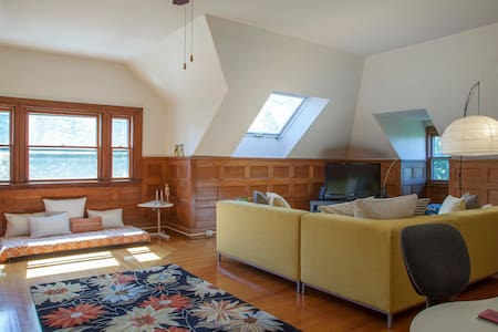 Huge, Sunny Penthouse Retreat - Newton - Apartamento