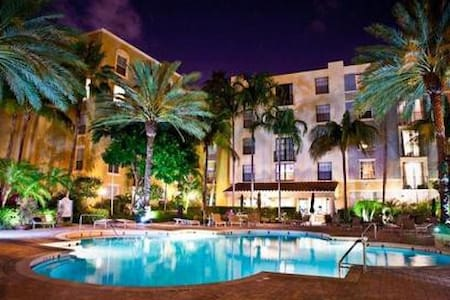 A beautiful fully furnished Condo overlooking CityPlace, West Palm Beaches stunning Downtown. Full gym and pool as well as hot tub. This Condo is a walking distance from everything you will want and need. 5 star restaurants as well as casual dining.