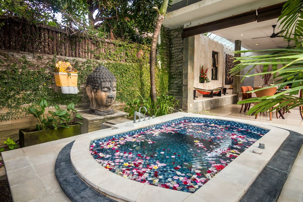 The outdoor jacuzzi at Villa LA.