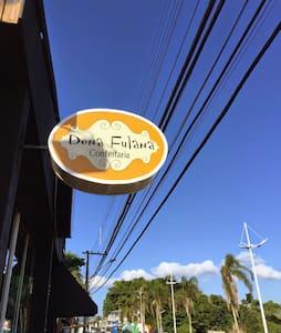 Quarto com biblioteca em Coqueiros! - Florianópolis - Apartment