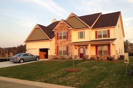 Beautiful 3 level 7 Bedroom 6 bath Home - Grovetown