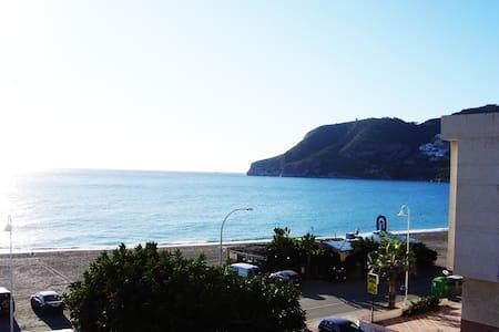 Piso amplio a pie de playa en La Herradura - Hele etasjen