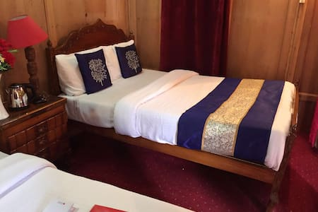 Full service romantic houseboats on dallake - Srinagar - Bed & Breakfast