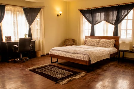 Large, sunny suite in a vibrant house near Patan - Bed & Breakfast