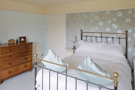Ensuite room with antique brass bed - Bed & Breakfast