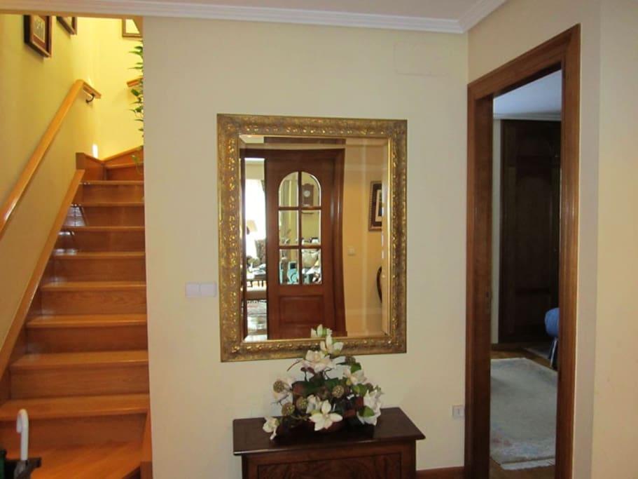 Hall Principal y escalera a la segunda planta