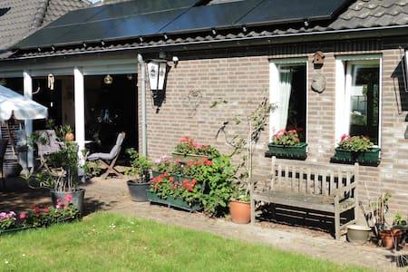 A cosy house in big English garden. - Szoba reggelivel