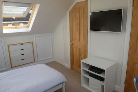Bright single ensuite with views - Bath