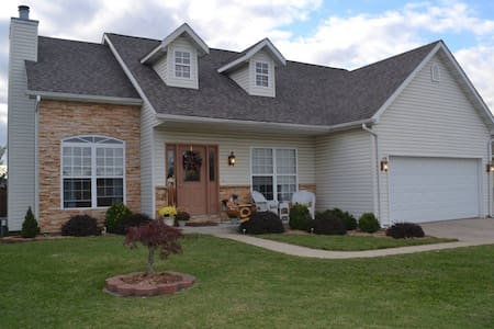 Convenient Haven of Modern Comfort Near Downtown - Caseyville - Huis