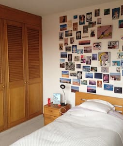Single room with private bathroom in a two bedroom apartment at great location in Bogotá. Close to top attractions, like Parque de la 93. Convenient location to reach city centre. Public transport near by.