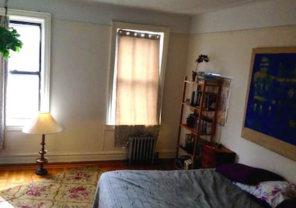 This room is large with a closet and a comfy full sized bed. There is a nice view of the street and plenty of natural light. You will be a 5 minute walk away from the 2 and 5 train and a 15 minute walk from Prospect Park!