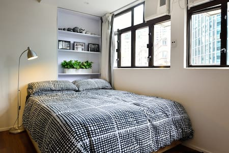 Prime location by the racecourse in Happy Valley, perfect spot for your stay in HK. Close to the shops, bars, restaurants, taxi stand and 10 min walk to the main shopping area Causeway Bay & closest MTR station.  Very comfortable & fully furnished
