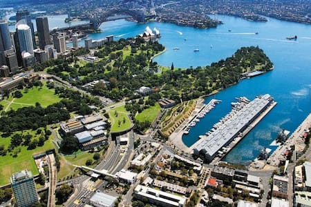Woolloomooloo is a fantastic place to stay. It's an inner-city harbourside suburb & within easy walking distance there are numerous iconic Sydney locations & venues to visit & enjoy including the CBD, Art Gallery, Naval Base & Botanic Gardens.