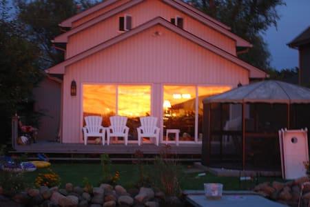 Lake Ripley Home in Super Cute Town - Rumah