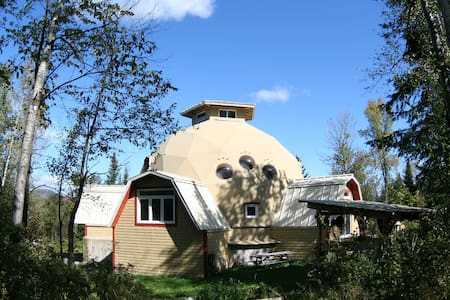 Geodesic dome in an eco-village - Saint-Camille