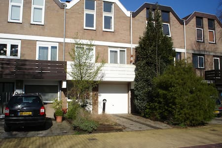 This royal drive-in house is located in Waardhuizen area, Amstelveen. This district is known as calm en green, yet with direct access to public transportation leading into the hart of Amsterdam. The airport is 15 min drive away. Shops are close by.