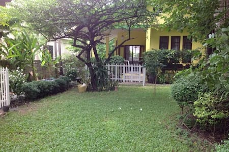 Sweet, green, warm house - Bangkok - Hus