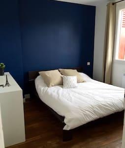 Chambre  calme bleu - Parthenay - House