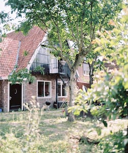 Spacious room in charming city farm - Huis