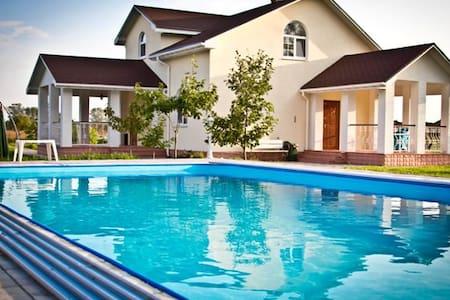 Villa with a pool, Kiev, 4 sleeps - Vila