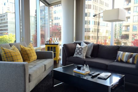 This apartment is located in one of the most vibrant neighbourhoods in Vancouver; you are only mins away from Stanley Park the convention centre and local eateries.   The apartment is chic, clean, spacious and ready for a traveller like you!
